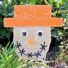 Make your own burlap scarecrow garden flag with these instructions. Step by step instructions along with a video to make this craft idea simple. Make A Scarecrow, Scarecrow Crafts, Fun Halloween Crafts, Fall Crafts, Halloween Decorations, Diy Crafts, Fall Decorations, Burlap Garden Flags, Burlap Flag