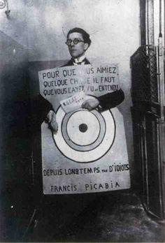 André Breton portant la cible dessinée par Francis Picabia au festival Dada, 1920. @Deidra Brocké Wallace