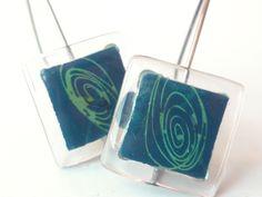 """Glass and silver dangel earrings """"spiral"""" bglass.glass@facebook.com es.dawanda.com/shop/BGLASSbcn etsy.com/shop/BGLASSbcn Pendientes colgantes de vidrio y plata espiral en tonos azulados y espiral verde.Forma cuadrada.Pintado a mano. Tamaño de la pieza de 1,5 cms. x ..."""