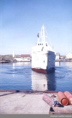 """MS """"Sjernarøy"""" legger til kais."""
