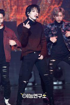Love his sweater Yugyeom Got7 Yugyeom, Youngjae, Mark Bambam, Girls Girls Girls, Mark Jackson, Jackson Wang, K Pop, Park Jinyoung, Hip Hop