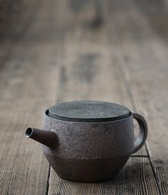 Takeshi Omura's ceramics are characterized by their thin, almost metal like quality and unique coloration. Via Analogue Life. Ceramic Teapots, Ceramic Clay, Ceramic Pottery, Pottery Teapots, Japanese Ceramics, Japanese Pottery, Wabi Sabi, Earthenware, Stoneware