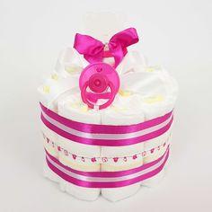 """Petit gâteau de couches  garni d'un anneau de dentition en forme de tête d'ourson """"Les Maternelles"""" et d'une tétine rose. Cadeau Baby Shower, Bb, Rose, Birth Celebration, Party Planning, Head Shapes, Vanilla Cake, Disposable Tableware, Kindergartens"""