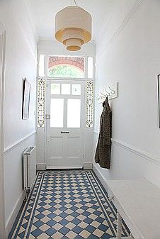 Beautiful tiled floor, light bright walls and door with stained glass side panels. Hall Tiles, Tiled Hallway, Small Hallway Decorating, Decoration Hall, Victorian Hallway, Hall Flooring, Hallway Inspiration, Small Hallways, Interior Exterior