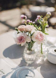 Wedding Planner: Detallerie. Mesas de apoyo de aperitivo con centros de flores. Reception table with a cute flower centerpiece.