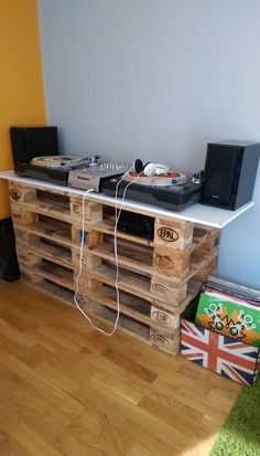 Simplicity at its best...5 Euro pallets, some screws and voila!