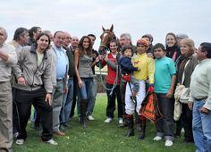 Copa UTTA Río Cuarto.  Débora Bello condujo el show y felicitó al staff del caballo ganador.