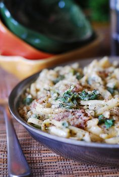 Easy pasta carbonara – perfect weeknight dish. No cream is used and all grease is drained from bacon. Plus lots of fresh parsley, onions, and some garlic!  | Italian Pasta recipes and dishes