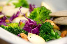 Virkelig lækker opskrift med salat med rød spidskål . Den røde spidskål er et farvestrålende hit i salatskålen sammen med broccoli. Jeg er vild med den farvestrålende spidskål, og her er opskriften…