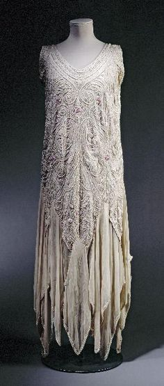 Evening dress 1929 - very similar to my Grandmother's wedding dress. Art Deco Lovely! Robes Vintage, Vintage Clothing, Vintage Outfits, Vintage Dresses, Vintage Lace, Vintage Style, Art Deco Fashion, 30s Fashion, Fashion History