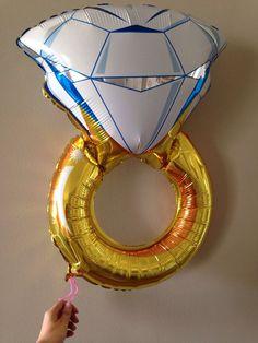Luftballon als Verlobungsring, gute Idee falls man die Ringgröße der Liebsten nicht genau kennt. Danach einfach gemeinsam einen Ring aussuchen.