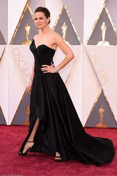 The perfect revenge dress! Jennifer Garner goes solo on the red carpet at the Oscars in Lo...
