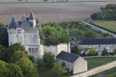 La salle de réception est située à droite du Château.