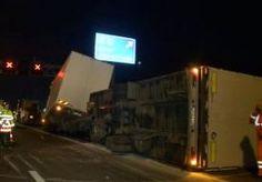 12-Nov-2014 9:18 - TRUCK VERLIEST AUTOBANDEN OP A2. De A2 in Limburg is tot 8.30 uur afgesloten door een gekantelde vrachtwagen. Bij een ongeluk vanmorgen is het voertuig zijn lading autobanden verloren. In de richting van Eindhoven naar Maastricht is geen verkeer mogelijk tussen Sint Joost en Echt. De vrachtwagen wordt momenteel aan de kant gelegd en de banden worden opgeruimd. Vanaf 8.30 uur zijn twee rijstroken van de A2 weer open. De derde rijstrook van de A2 is beschadigd door het...
