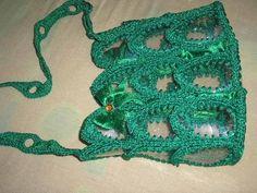 bolsas confeccionadas con botellas plásticas y crochet