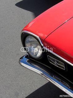 Schwarze Schatten auf grauem Asphalt eines roten Ford Maverick Sportwagen der Siebzigerjahre aus den USA in Krofdorf-Gleiberg