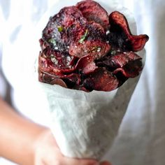 Did you ever try beetroot chips? DIY: cut it in thin slices with a vegetable peeler and bake them 45 minutes at 150°C in the oven. Turn them regularly. A pinch of salt and pepper… and you're ready to enjoy!  Source: Kumquatblog