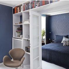 Midnatsblå og metal i et rigtigt herrehjem Interior Inspiration, Room Inspiration, Home Library Decor, Bookshelf Door, Small Spaces, Interior Decorating, Sweet Home, Room Decor, House Design