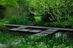 faire-bassin-de-jardin-plantes-brise-vue-bois