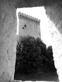 """Torre della Fortezza a Castiglione del Lago #umbria vista dalla """" finestrella-feritoia"""" del passaggio coperto che collega il Castello dal  Palazzo della Corgna"""