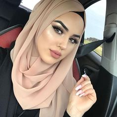 Gorgeous in Bombshell faux mink lashes in Farah Hijabi Girl, Girl Hijab, Beautiful Muslim Women, Beautiful Hijab, Arab Girls, Muslim Girls, Sabrine Maghnie, Niqab, Huda Beauty Rose Gold Palette