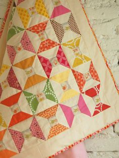 lieblingsdecke Quilts: this little piggy quilt Look how cute Pearl Bracelets looks in this quilt! Scrappy Quilts, Baby Quilts, Quilting Projects, Quilting Designs, Frankfurt, Spool Quilt, I Spy Quilt, Quilting Board, Quilt Modernen