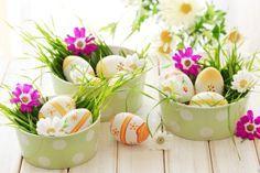 déco de Pâques avec des oeufs et fleurs