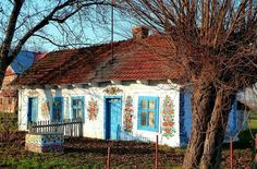 Wieś Zalipie znana jest z malowanych chat, których obecnie jest około dwudziestu. Pięknie ozdobione są też studnie, kapliczki a nawet psie budy :) Warto odwiedzić zagrodę Felicji Curyłowej oraz Dom Malarek. Takie perełki tylko w Małopolsce!