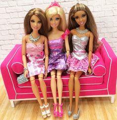 Barbie con amigas viendo la tele