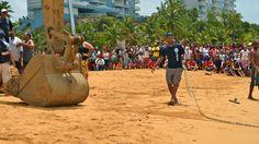 Se utilizó maquinaria de construcción para halar con una cadena a la ballena hasta la orilla. Foto José E. Maldonado / www.miprv.com