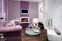 Salón decorado con estilo moderno en violeta