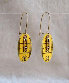 """Boucles d'oreilles """"Couturière"""" recyclage mètre de couturière, breloques épingles à nourrice couleur dorée"""