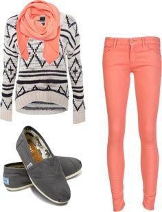 Pull blanc à motifs avec pantalon et écharpe corail