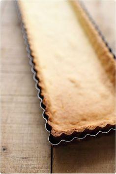Recette d\'une pâte sablée aromatisée à l\'amande ce qui fait toute son originalité. A marier avec des fruits rouges ou du citron.