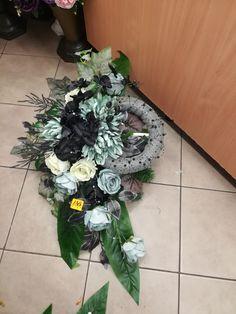 Christmas Wreaths, Christmas Decorations, Holiday Decor, Vence, Creative Flower Arrangements, Funeral Flowers, Ikebana, Diy Wreath, Crafts