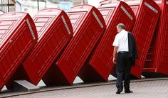 La obra 'Out of Order' (En desorden), del artista David Mach, que muestra una hilera de tradicionales directorios de teléfono ingleses en Kingston, sur de Londres, en julio de 2008.