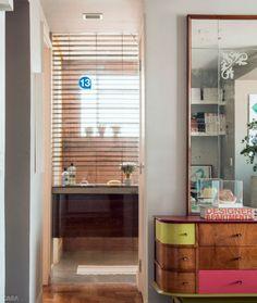 """13. O banheiro agora se abre para o quarto. No local onde ficava a porta, está o painel fixo de vidro (Ápice Art). """"Evitei barreiras para o olhar, que gerariam sensação de confinamento"""", justifica a moradora. Uma persiana (de PVC, resistente a vapor) traz privacidade."""