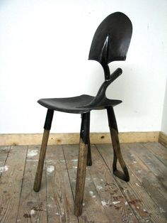 Cadeira feita com uma pá de bico (servindo de encosto) e uma pá quadrada (servindo de assento).