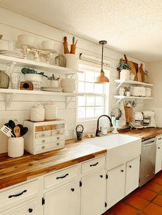 Farmhouse Cottage Kitchen – Über Farmhouse Cottage Kitchen Pin You … Cottage Kitchen Decor, Kitchen Redo, New Kitchen, Kitchen Remodel, Cottage Farmhouse, Cottage Kitchen Inspiration, White Cottage Kitchens, Welsh Cottage, Kitchen Cabinets