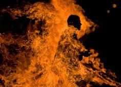 Entrada da Série: Pessoas fazem coisas cotidianas, negligenciando o fato de que tudo em torno delas está em chamas.