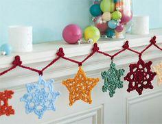 snowflake garland 16 Heartwarming Examples of Beautiful Crochet Christmas Decor Beau Crochet, Crochet Bunting, Crochet Garland, Crochet Stars, Crochet Snowflakes, Crochet Home, Crochet Motif, Crochet Crafts, Crochet Flowers