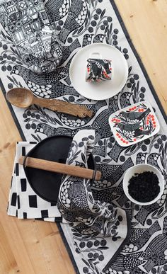 This mug is decorated with a white, black, orange and green Kiiruna pattern. The mug is made of dishwasher, oven, microwave and freezer proof white stoneware. Marimekko, Black Tablecloth, Black And White Birds, Creative Play, Table Linens, Home Collections, Kitchen Dining, Dining Room, Stoneware