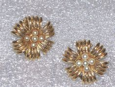 VINTAGE GOLD TONE FLOWER SHAPED SIMULATED PEARL LISNER CLIP ON EARRINGS F843 | eBay