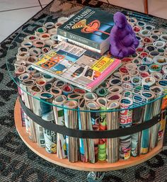 What a creative idea! This DIY coffee table is a great way to upcycle old magazines while looking super chic. Upcycled Home Decor, Diy Home Decor Projects, Upcycle Home, Reuse Recycle, Decor Crafts, Recycled Furniture, Diy Furniture, Magazine Table, Diy Casa