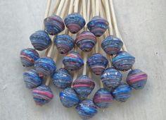 Ensemble de 10 perles de papier.  Les perles sont roulées à la main et vernies trois fois pour un protection et une étanchéité maximum.  Dimensions des perles :environ 10  - 18988684
