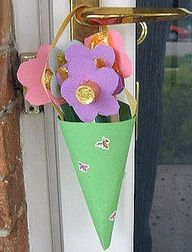 May Day basket.Create these fun flower cone crafts from Family Crafts with your kids to hang on neighbors' doors this May Day. day-craft-kid-tradition-maypole-may pole-may Toddler Crafts, Preschool Crafts, Fun Crafts, Crafts For Kids, April Preschool, Kindergarten Crafts, Spring Crafts, Holiday Crafts, Holiday Ideas