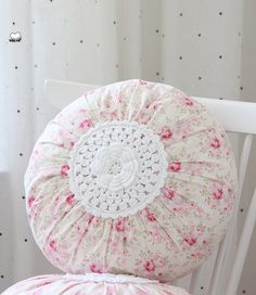 Shabby chic pillow made ​​with fabric and crochet Crochet Pillows, Sewing Pillows, Diy Pillows, Decorative Pillows, Throw Pillows, Shabby Chic Homes, Shabby Chic Decor, Shabby Style, Round Pillow