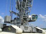 Grua Liebherr LR 11350. Esta máquina tiene una capacidad de elevación de 1.350 toneladas y 2.000 de peso propio, y cuenta con una pluma de una longitud de hasta 230 metros.