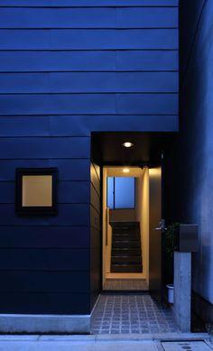 濱嵜良実+株式会社 浜﨑工務店一級建築士事務所 の モダンな 廊下&階段 玄関アプローチ