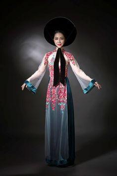 Linh Nga khoe da trắng với áo dài lưới mỏng